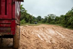 Por su estado, el primer tramo de la carretera que conecta Jenaro Herrera con Angamos dificulta el avance.