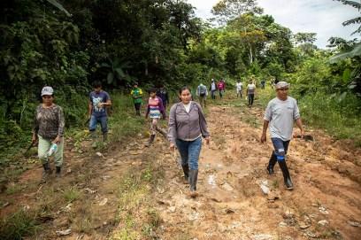 Parte de la población de Centro Arenal durante una inspección de su territorio.