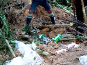 Residuos sólidos en el bosque. Foto: Comité de Vigilancia Comunitaria Sawawo – ProPurús