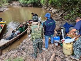 Equipo conformado por la Marina de Guerra y Fema Maynas, inspeccionando embarcación con equipos presuntamente destinados a la minería ilegal. Foto: Fema Maynas
