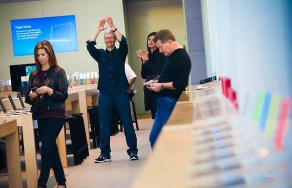 tim cook Copiar1 Tim Cook estrena Twitter y se deja ver junto a su equipo en las Apple Stores de Palo Alto