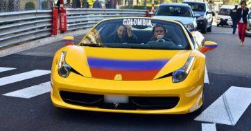 La moda tricolor contagió a los dueños de este Ferrari