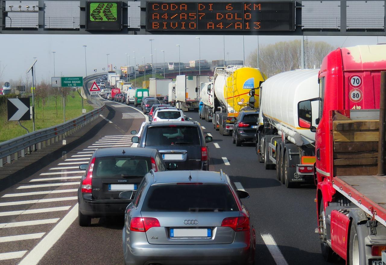 Automobilistes à l'arrêt sur voie rapide 2020 - Actuauto.fr