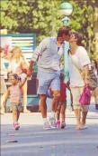 famille bisous Federer avec les jumelles