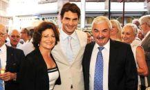 Lynette et Robert qui entourent Roger