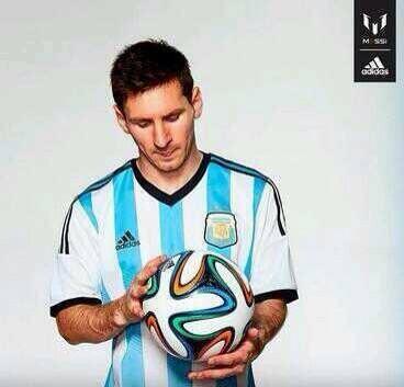 ballon officiel de la Coupe du Monde 2014 avec Lionel Messi