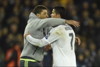 Fan qui embrasse Cristinao Ronaldo sur la pelouse PSG Real