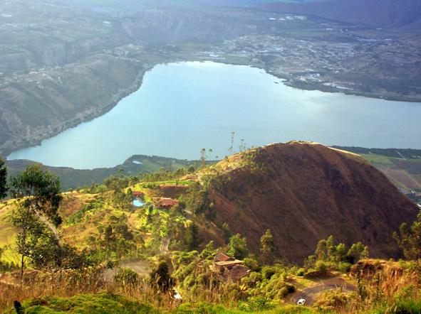 Yahuarcocha vista desde la montaña