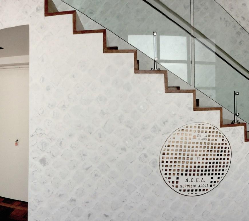 Rivestimento di parete, 2000, alluminio con vetroresina e acrilici su struttura in legno, abitazione privata. Courtesy Baldo Diodato