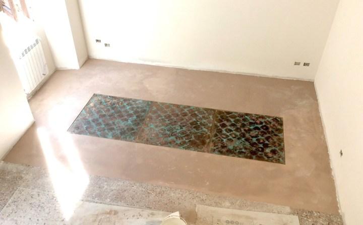 Lavorazione del pavimento, 2016, calco su rame, resina, abitazione privata, Roma. Courtesy Baldo Diodato