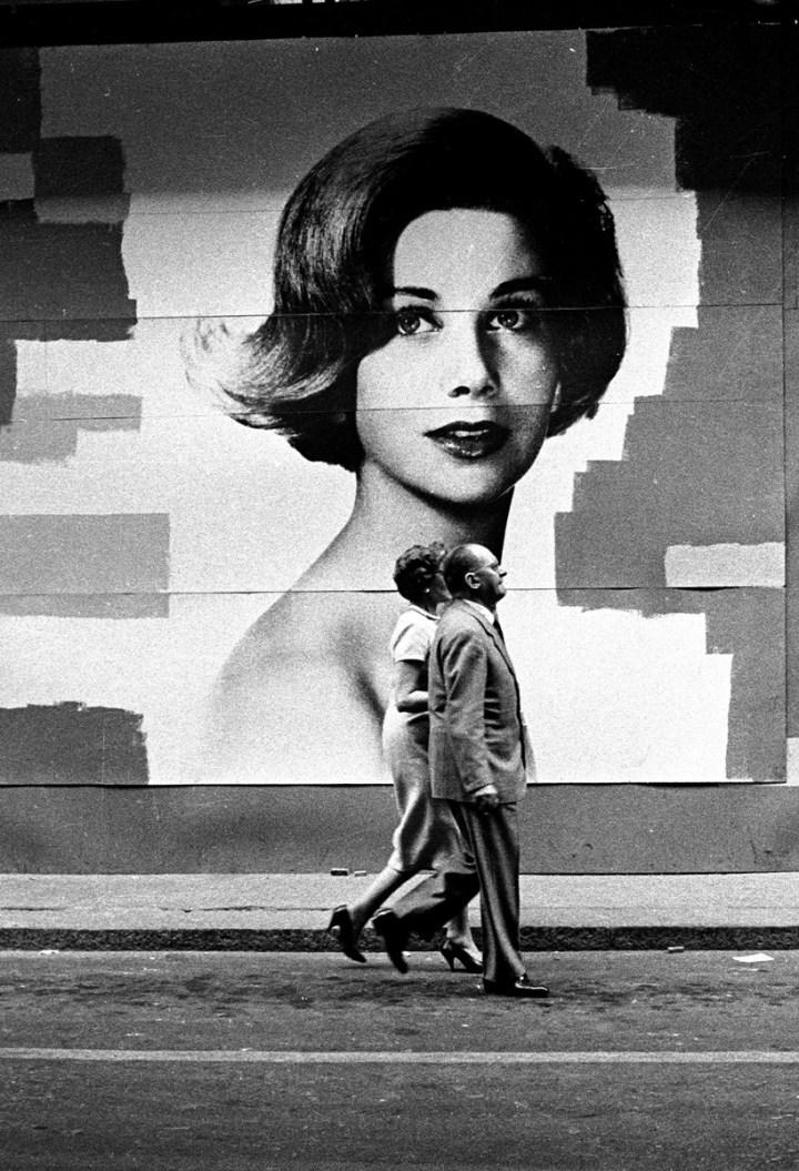 Passeggiata a Via Montenapoleone, Milano, 1962. Foto Paolo Di Paolo, © Archivio Paolo Di Paolo