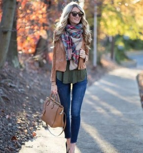 Best Ideas To Wear A Scarf Stylishly This Spring04