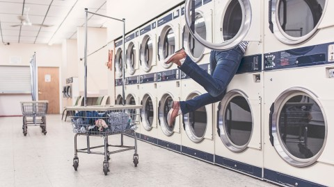 A woman with weak executive functions trying to get her laundry done.