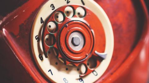 Broken clock symbolizing bad communication