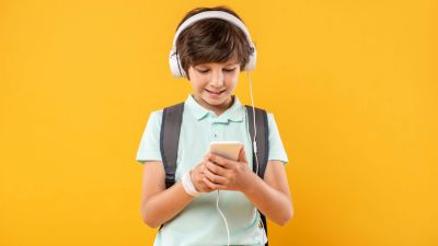 Child listening to music with a backpack on. How to Use Music to Motivate Your ADHD Tween in the Morning