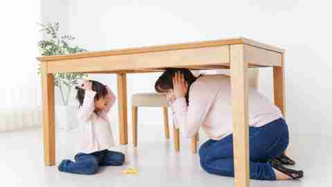 mom-child-unschooling-under-table