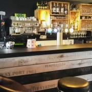 Comptoir de bar réalisé par Adeco Breizh à Pluneret, Bretagne