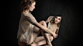 La imagen que nos devuelve el espejo es más joven que nosotros