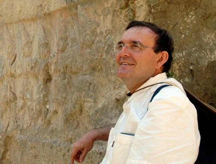 JUAN ANTONIO BELMONTE AVILÉS  Doctor en Astrofísica. Profesor de Investigación del Instituto de Astrofísica de Canarias. Exdirector del Museo de la Ciencia y el Cosmos de Tenerife; asociado al Departamento de Astrofísica de la Universidad de La Laguna.