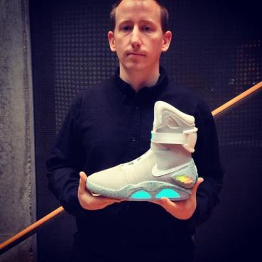 Max Erdenberg, ex director de la agencia publicitaria de Nike, sostiene los tenis Nike de Volver al Futuro. ¿Saldrán a la venta saldrán el 21 de Octubre?