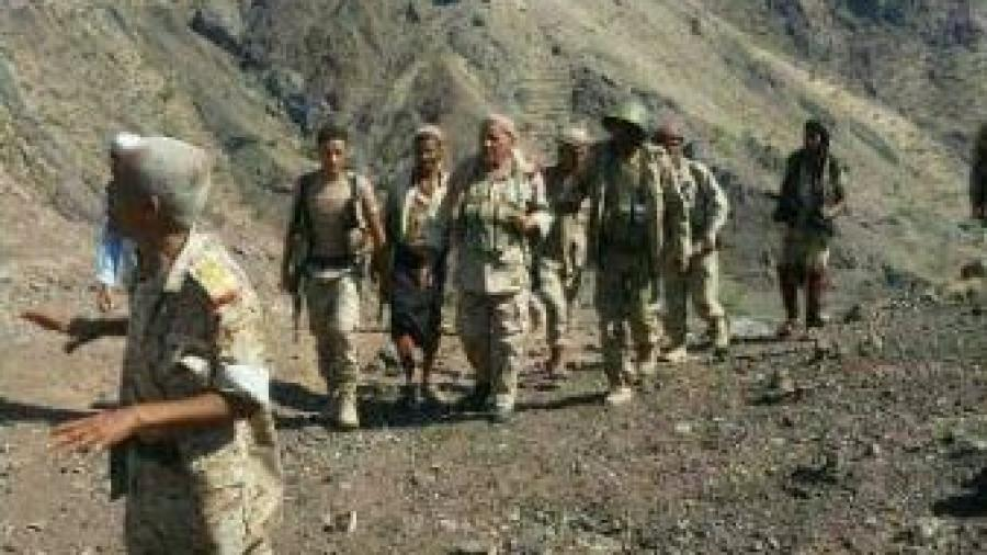 """تعز: اللواء ركن خالد فاضل يتفقد الخطوط الأمامية في جبهة """"الكدحة"""""""