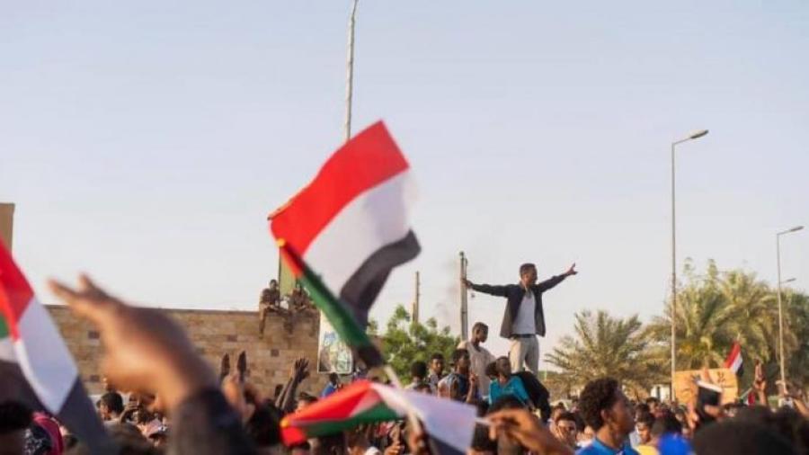 """عاد من بوابة السودان والجزائر.. الربيع العربي يتحدى الثورة المضادة الذي تتزعم """"أذنابها"""" الإمارات"""