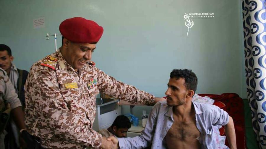 قائد محور تعز يزور جرحى الإشتباكات الأخيرة بين الحملة الأمنية ومسلحي أبو العباس