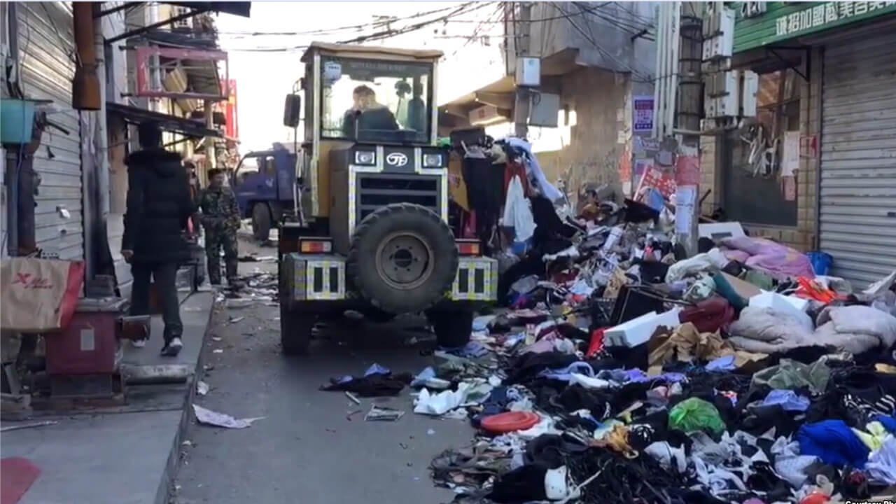 北京当局驱赶走外来务工者后清理他们遗落的衣物和物品。(网络视频截图)