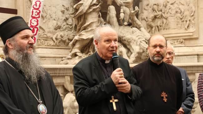 维也纳红衣主教克里斯托夫· 施波恩发表讲话(中间)