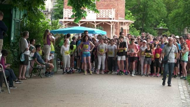 在起跑线上等待的参跑者们(图:苏亚)