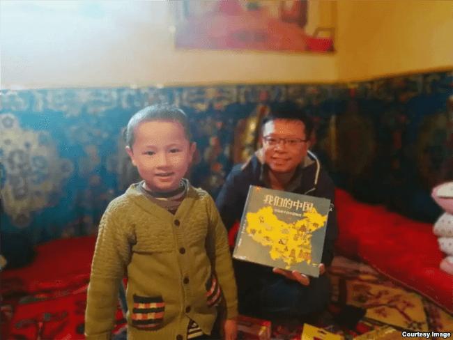 """汉人""""大哥哥""""给维吾尔儿童送来图书《我们的中国》"""