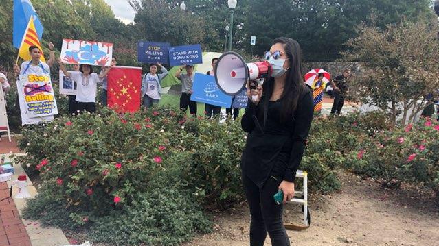 """2019年9月29号,在中国驻美国首都华盛顿的大使馆门前,举行了""""反对赤纳粹、声援自由香港集会""""。"""