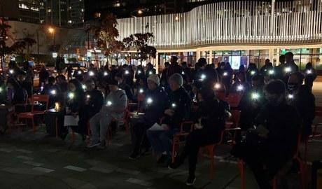 加拿大温哥华美术馆前的烛光晚会悼念香港不幸死亡的反送中人士