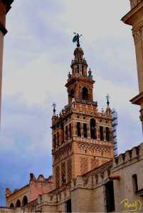 La Giralda es la torre campanario de la Catedral Metropolitana de Santa María de la Sede.