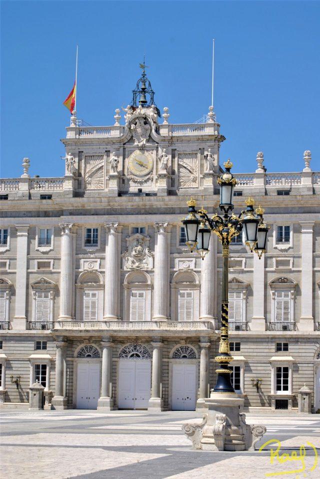 En su interior cuenta con 3418 habitaciones, en total el Palacio Real de Madrid mide unos 135000 m². El cual lo convierte en el Palacio Real más grande de toda Europa Occidental por encima del Palacio de Buckingham y el Palacio de Versalles.