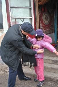 Episcopul greco-catolic de Oradea, Virgil Bercea, in vizita la familiile de la groapa de gunoi a Oradei5
