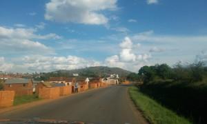 drum pe langa case si caramida in Madagascar