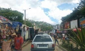 oameni si masini Antananarivo Madagascar1