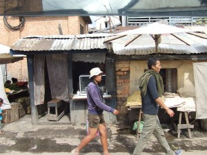 oameni pe strada Antananarivo Madagascar 6