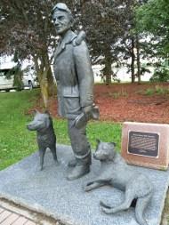 Statue to dog sledder