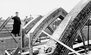 Pastoor Henri van de Loo op de steiger bij de bouw van zijn Sint Josephkerk Foto: Archief KDC - Nijmegen