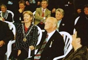 Bob Ontrop met burgemeester Guusje ter Horst
