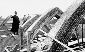 Bouwpastoor Henri van de Loo op de St Josepkkerk in aanbouw Bron: KDC, Nijmegen