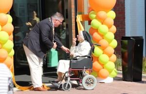Burgemeester Hubert Bruls dankt zuster Imelda na hun gezamenlijke inspanning (Foto: Sophie van Kempen)