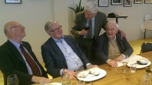 Dries van Agt bedankt de organisatoren van het eerste uur: Cor Kleisterlee en Harrie Noteboom. Jos van Gennip ziet dat het goed is. (Foto: Ad Lansink)