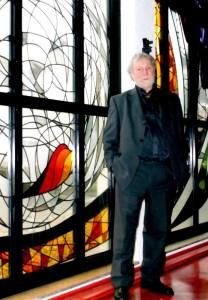 Ted Felen voor zijn glas-in-loodramen in de Kapel van Huize Joachim en Anna, na de renovatie (Foto: Ad Lansink)