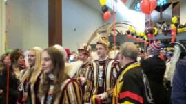 Pris Stasiu I en Jeugdprins Tije I betreden de Petrus Canisiuskerk onder rood-geel-zwarte ballonnen