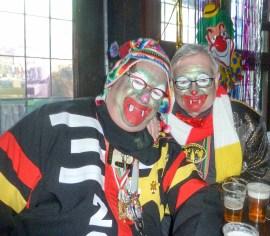 Redacteuren van de Carnavalskrant in clowneske vermomming (Foto: Ad Lansink)