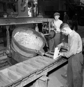 Tin gieten bij Milliton : Hollandse Metallurgische Bedrijven, 1949 (GA 17882, Dick Renes)