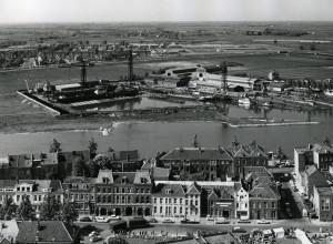 Zicht op Rijn en Arnhemse Scheepsbouw Maatschappij - Op de voorgrond Trans en Weerdjesstraat - (GA 7949, Dick Renes)